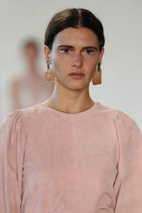 Tren Pakai Eyeliner Terbalik dari New York Fashion Week Spring/Summer 2018