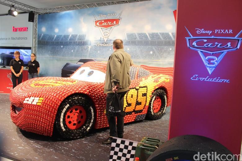 Mobil Ini Terbuat dari 5.500 Mobil-mobilan (Foto: AN Uyung Pramudiarja)