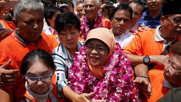 Halimah disambut oleh pendukungnya usai dia ditetapkan menjadi Presiden ke-8 Singapura