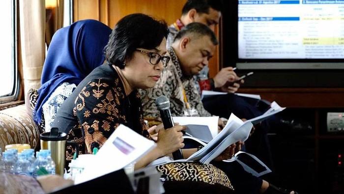 Menteri Keuangan Sri Mulyani menggelar rapat dengan eselon I Kemenkeu. Uniknya rapat tersebut dilakukan di kereta menuju Bandung.