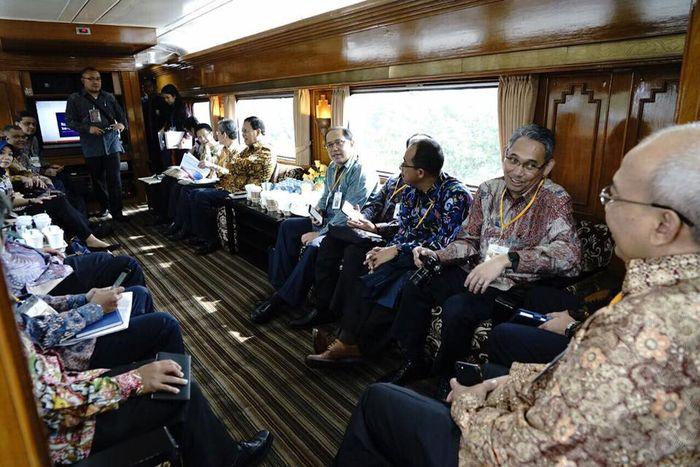 Rapat di dalam kereta menuju Bandung ini dilakukan demi efisiensi waktu. (Dok. Facebook Sri Mulyani)