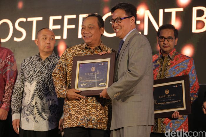 Direktur Utama Bank Tabungan Negara Maryono Tbk Maryono menerima penghargaan Indonesia Banking Award 2017 kategori The Most Efficient Bank dari Fauzi Ichsan Kepala Eksekutif Lembaga Penjamin Simpanan di Jakarta, Rabu (13/9/2017).