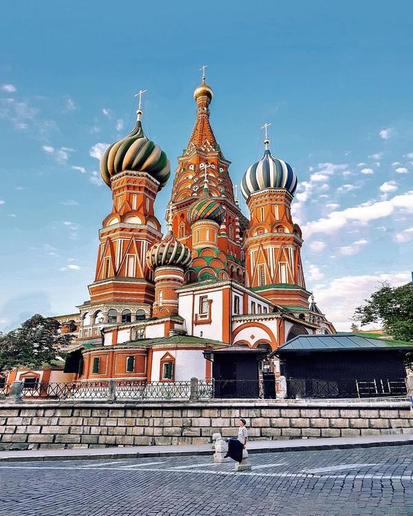 Gereja dengan kubah warna-warni ini merupakan St. Basil's Cathedral yang terletak di Moscow, Rusia. Bentuk gereja ini konon merupakan representasi posisi yang unik Eropa dan Asia (Instagram/federicadinardo_)