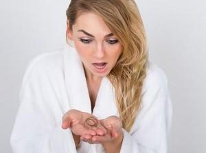 7 Cara Mengatasi Rambut Rontok, dari Lidah Buaya hingga Alpukat