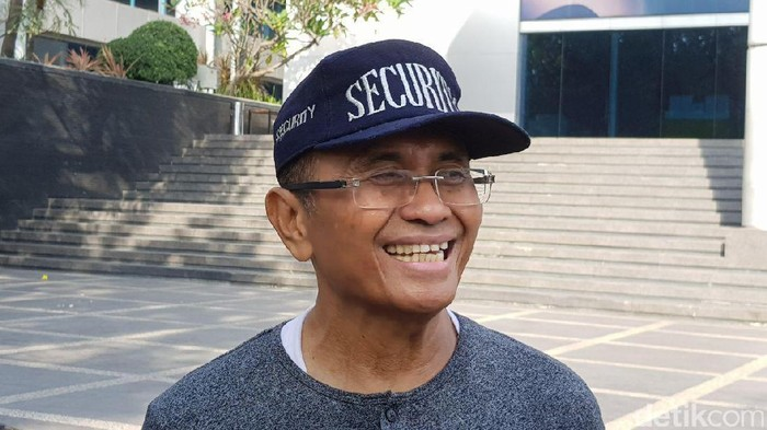 Mantan Menteri BUMN Dahlan Iskan tampak bersemangat ikut senam