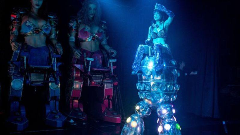Atraksi wisata itu pun dapat ditemui traveler di Restoran Robot yang ada di Tokyo, Jepang. Bukan hanya robot, pelayannya pun juga bergaya seksi (CNN)