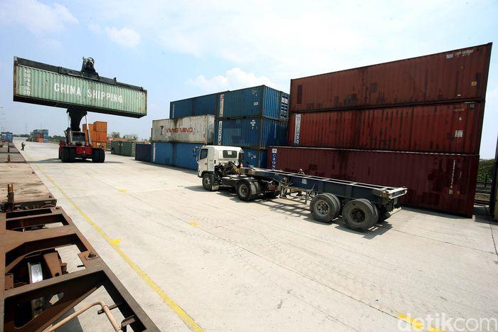 Pelabuhan internasional Cikarang Dry Port merupakan pelabuhan umum yang menawarkan pelayanan satu pintu untuk penanganan barang dan solusi logistik bagi aktivitas ekspor dan impor serta distribusi domestik.