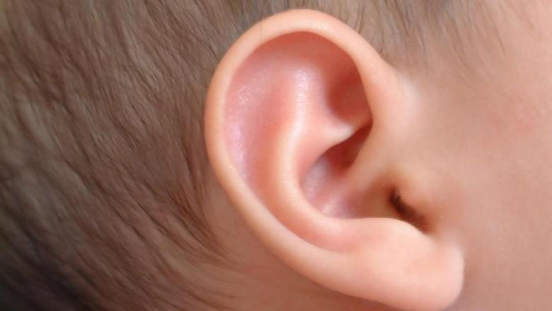 Ilustrasi membersihkan telinga anak/ Foto: thinkstock