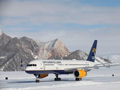 Bandara yang Pesawatnya Mendarat di Es