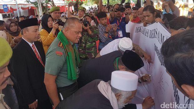 Dua ulama karismatik yaitu Kiai Abuya Muhtadi Dimyati dan Kiai Abuya Murtadho membuhuhi tanda tangan di lembaran deklarasi.