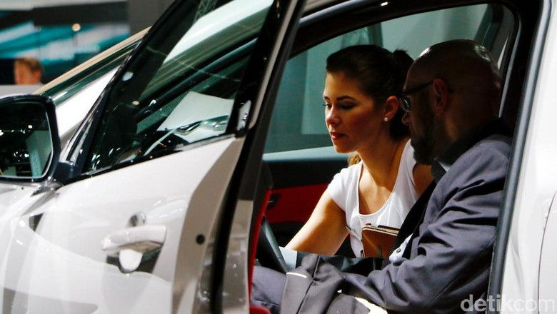 Frankfurt Motor Show menjadi salah satu kiblat dunia otomotif. Keramahan para usher dan SPG itu pun menyapa dengan senyuman manisnya.