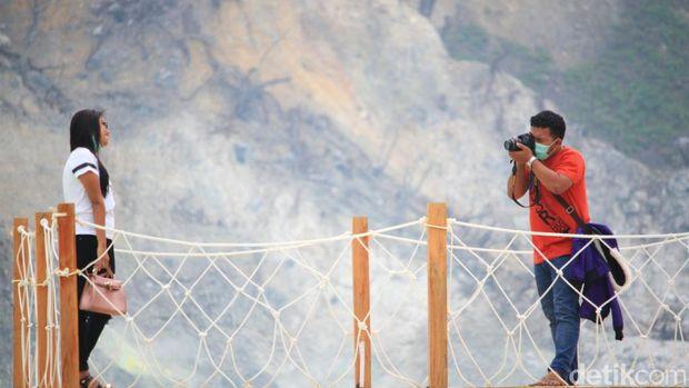 Traveler yang asyik berfoto di Dermaga Ponton (Wisma/detikTravel)