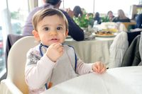 Wajib bawa, keperluan pribadi anak saat hendak pergi makan ke restoran.