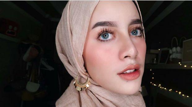 Foto: Ketika Gaya Hijab dengan 1 Anting Kembali Tren