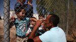 Haru, Pertemuan Ayah-Anak Pengungsi Suriah di Antara Pagar Pembatas
