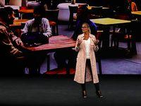 Bos Apple Pakai Jaket Seharga Puluhan Juta