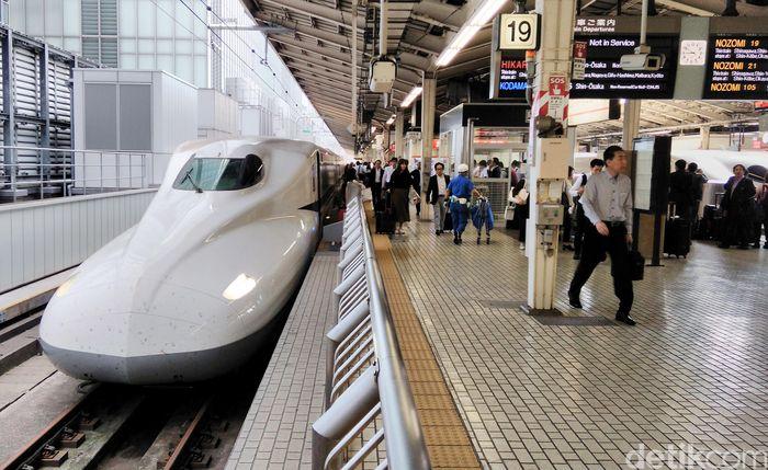 Penampakan kereta cepat shinkansen di Stasiun Tokyo.
