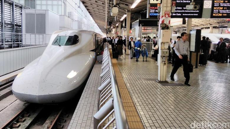 Stasiun Tokyo adalah salah satu stasiun yang menyediakan layanan kereta cepat shinkansen. Keramaian para penumpang shinkansen berlangsung sejak pagi.