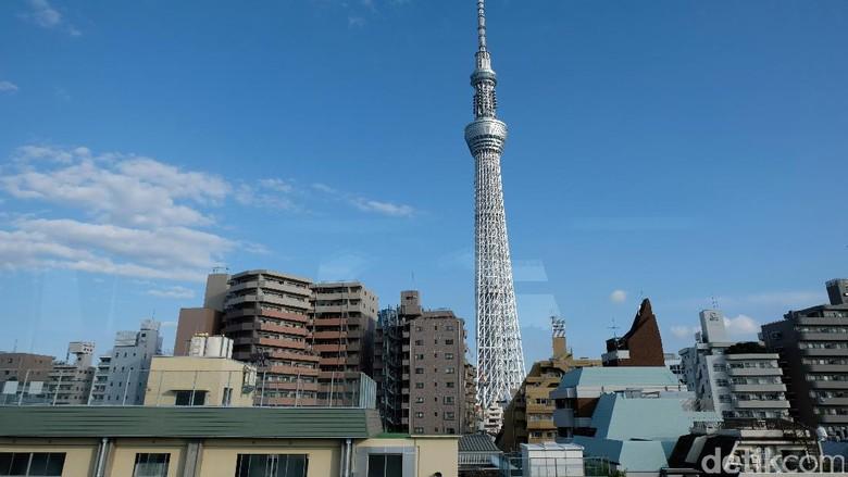 Lansekap Tokyo Sky Tree dengan latar belakang bangunan bertingkat diambil dari salah satu sisi kota Tokyo