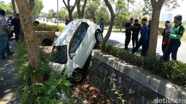 Mobil Sirion masuk parit/