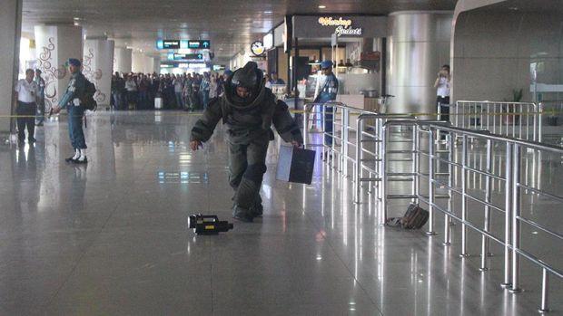Petugas menjinakkan bom