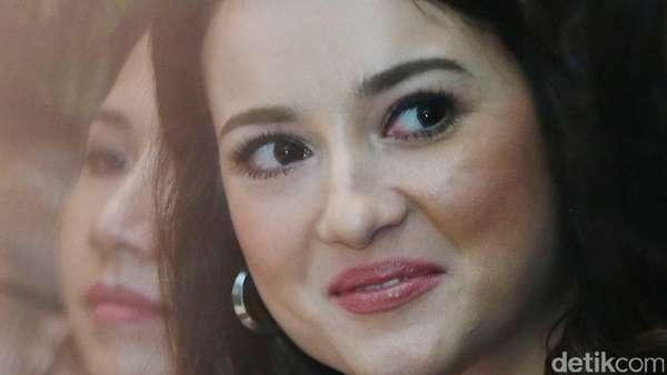 Senyum Semringah Julie Estelle