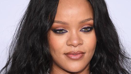 Rihanna Tampil Serba Hitam