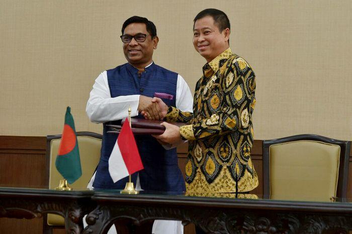 Bertempat di Kantor Kementerian Energi dan Sumber Daya Mineral (ESDM), Jakarta, Jumat (15/9), Republik Indonesia dan Republik Rakyat Bangladesh menandatangani Nota Kesepahaman untuk memperkuat kerja sama bidang energi antara dua negara. Dok. Kementerian ESDM.