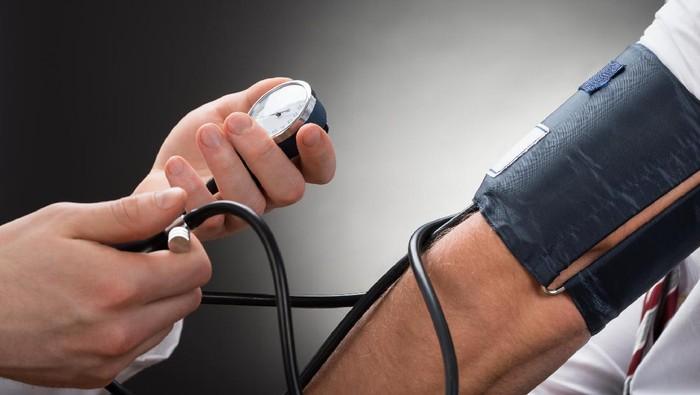 Ilustrasi pasien cek tekanan darah. (Foto: Ilustrasi/thinkstock)