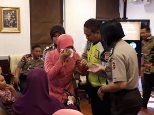 Istri Anggota Polri di Sudan Menangis Saat Diberi Penghargaan