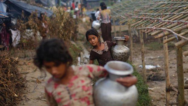 Ratusan ribu Rohingya mengungsi ke luar negeri untuk menghindari kekerasan.