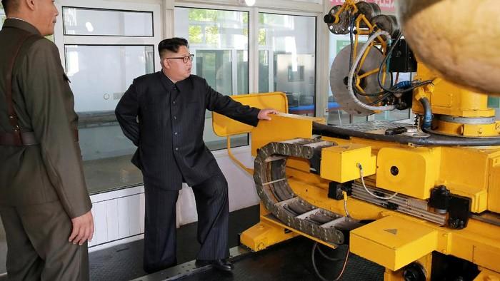 Kim Jong Un terus mengembangkan senjata nuklirnya. Bahkan pemimpin Korut  itu nekat melakukan ujicoba nuklir meski ditentang sejumlah negara, terutama AS.