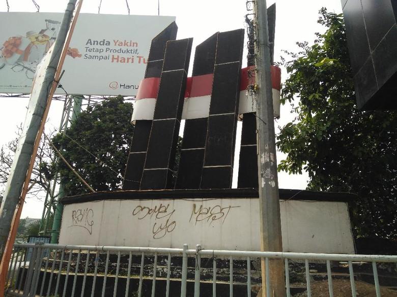 Miris! Simbol Kota Bekasi Tak Terawat dan Terhalang Videotron