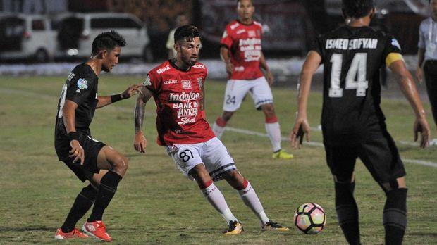 Stefano Lilipaly memborong dua gol Bali United.