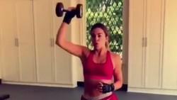 Khloe Kardashian memang dikenal memiliki bentuk tubuh yang indah. Nah, hal itu ia dapatkan tidak langsung begitu saja namun dengan rutin berolahraga.