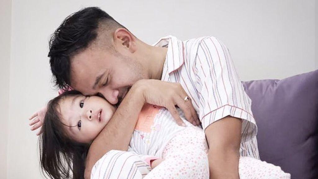 Ruben Onsu Terampil Pakaikan Diaper untuk Anak, Lho