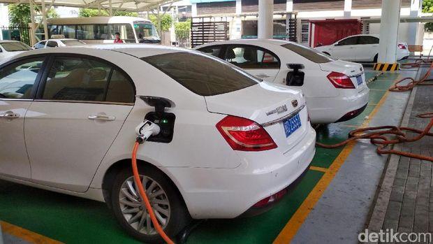 Operasional mobil listrik seperti bus kota hingga taksi di China juga didukung dengan fasilitas Stasiun Penyedia Listrik Umum (SPLU) atau 'SPBU' Listrik. Yuk kit alihat proses pengisian listrik ke baterai kendaraan.