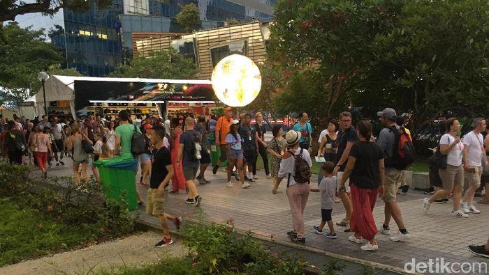 Penonton memadati kawasan Marina Bay menjelang balapan GP Singapura. (Resha Pratama/detikSport)