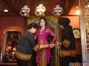 Vicky Shu Siapkan Enam Kebaya untuk Pernikahan