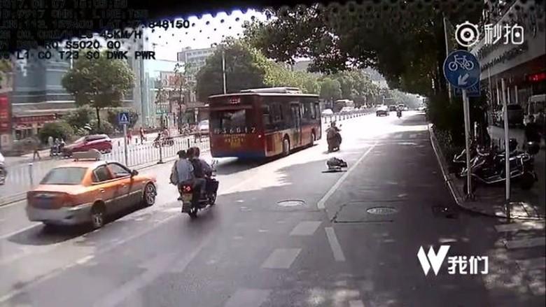 Puluhan Pengendara Abaikan Pria Tua yang Jatuh di Jalan (Foto: Shanghaiist)