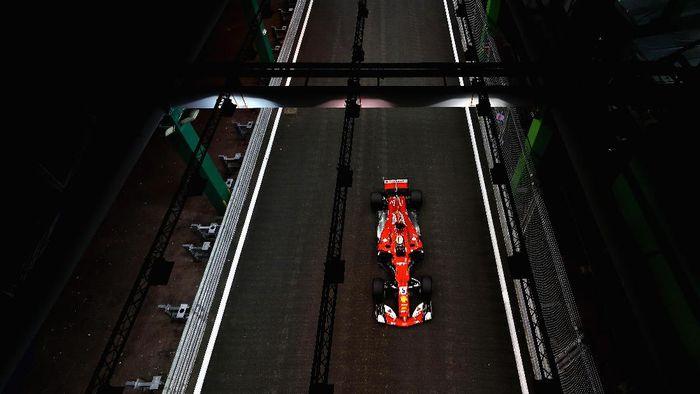 Sebastia Vettel (Ferrari) di kualifikasi GP Singapura 2017. Foto: Mark Thompson/Getty Images