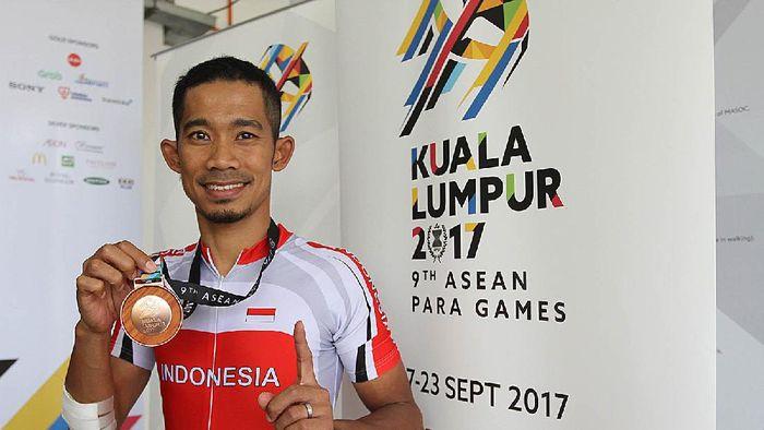 M Fadli memamerkan medali perunggu dari nomor sprint 1km kategori C4 putra di ASEAN Para Games 2017. (dok APG Indonesia)