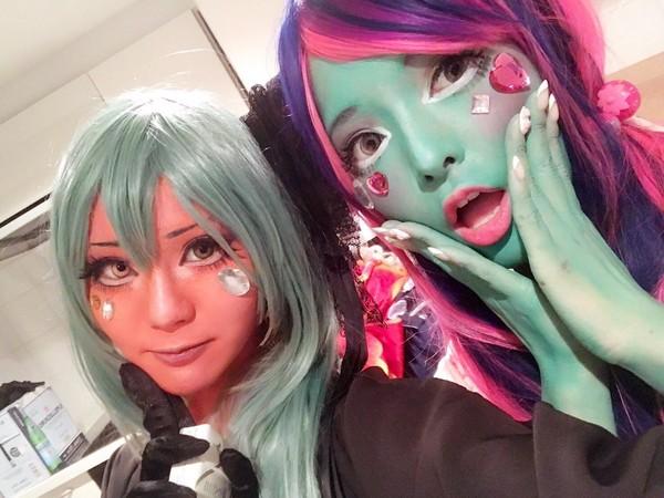 Apabila make up diterapkan di wajah, para cosplayer ini malah mewarnai kulitnya dengan berbagai warna cerah. Salah satu pelopornya adalah seorang DJ dan model Jepang bernama Miyako (@miyakocore/Twitter)