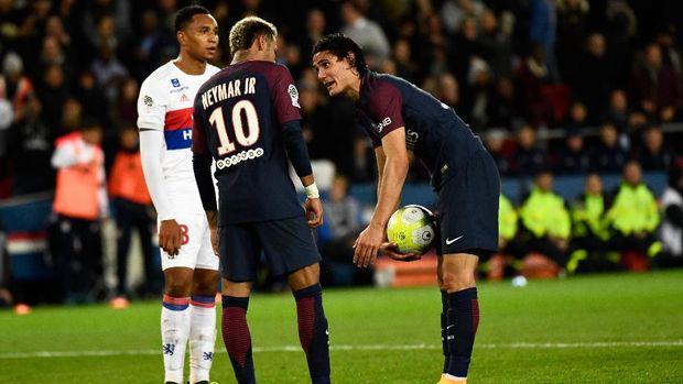 Neymar dan Cavani pernah berebut jadi eksekutor penalti ke gawang Lyon. (