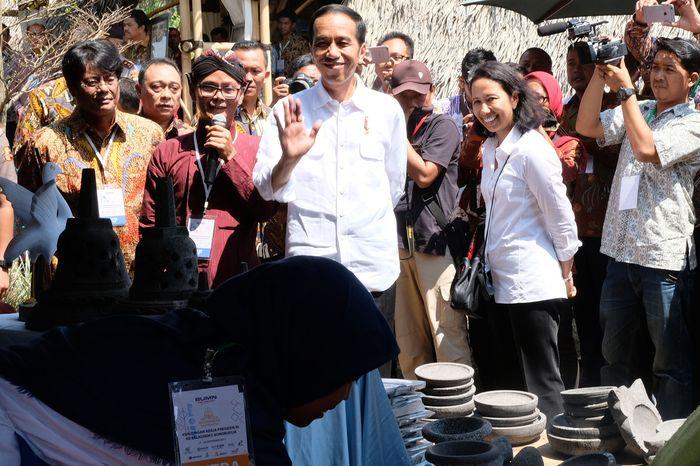 Presiden Jokowi berkeliling dengan didampingi Menteri BUMN Rini Soemarno. (BTN).