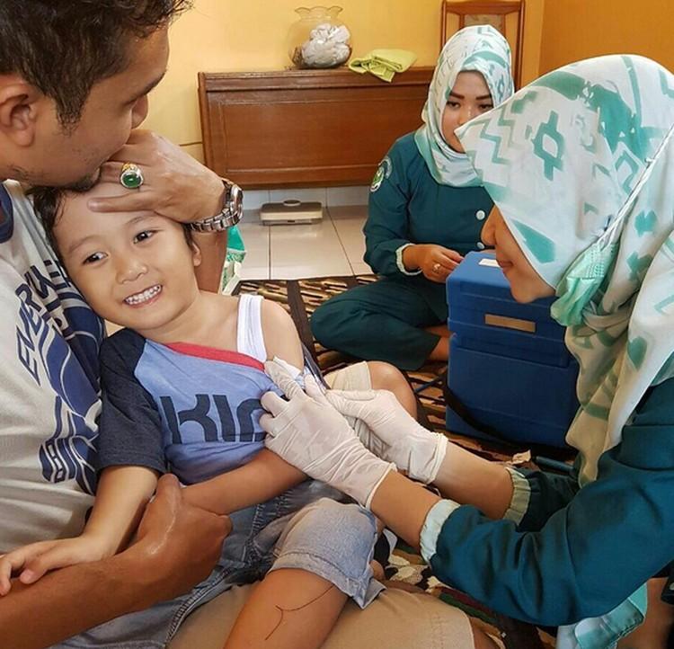 Ayah yang setia menemani bikin anak ini tetap tenang pas divaksin. ( Foto: Instagram/ @jibransyahir)