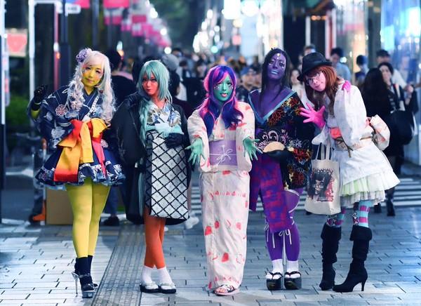 Selain memakai kostum bertema anime dengan warna kulit ngejreng, mereka pun memadupadankannya dengan baju kimono tradisional Jepang (@lmskii/Twitter)