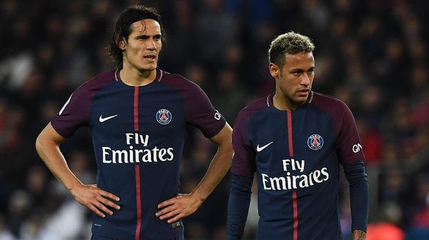 Neymar dan Edinso Cavani sempat berebut eksekusi penalti ke gawang Lyon. (