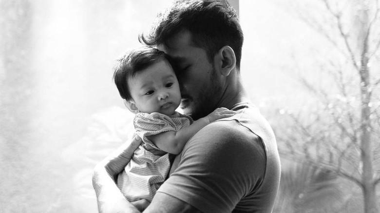 Rio Dewanto Cuek soal Tidak Tindik Kuping Anak yang Jadi Kontroversi