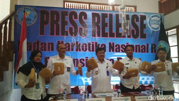 Badan Narkotika Nasional (BNN) Provinsi Jawa Barat menggagalkan penyelundupan ganja dari Aceh